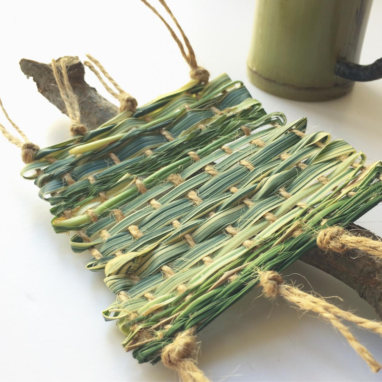 用蘆葦來編織,可織出杯墊、帽,甚至不漏水都屋頂。(受訪者提供)