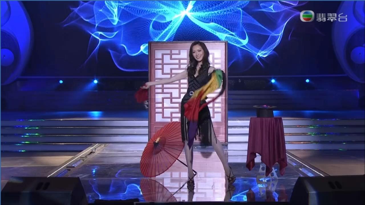 香港代表馮盈盈表演魔術,但好似不太熟練。