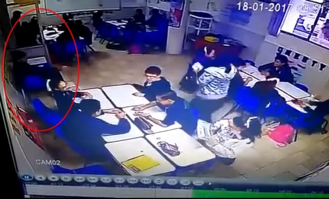 兇徒於座位取出手槍。(互聯網)
