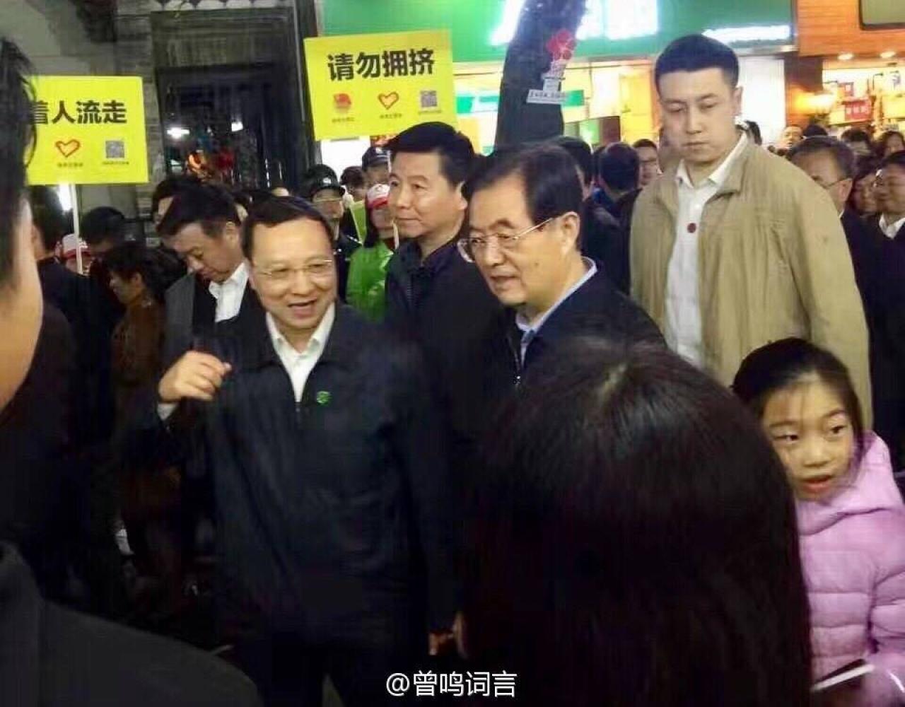 胡錦濤在大批民眾圍觀下逛花市。(網上圖片)