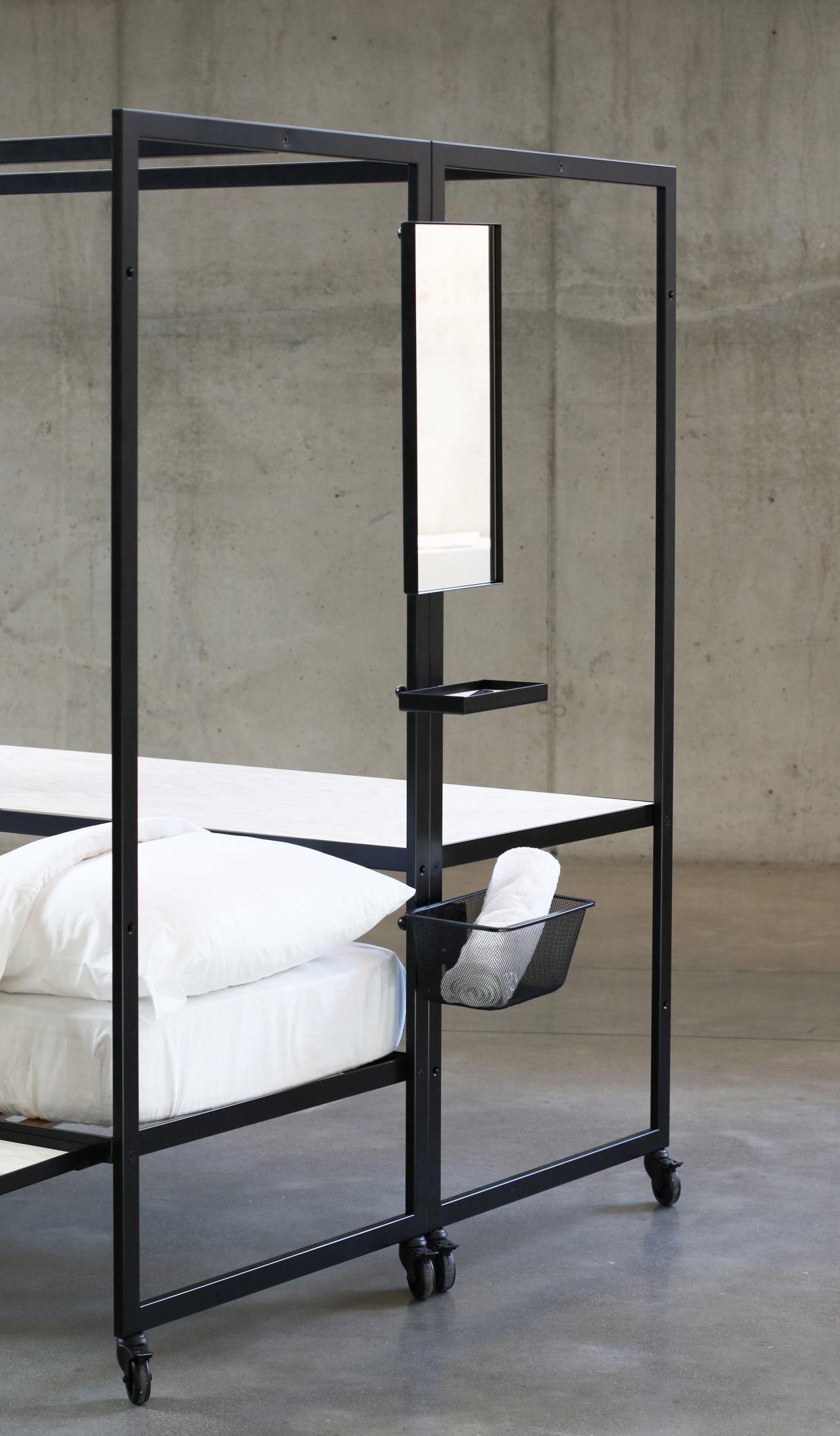 框架的一端設有鏡子、籃子及架子。 (Pieter Peulen)