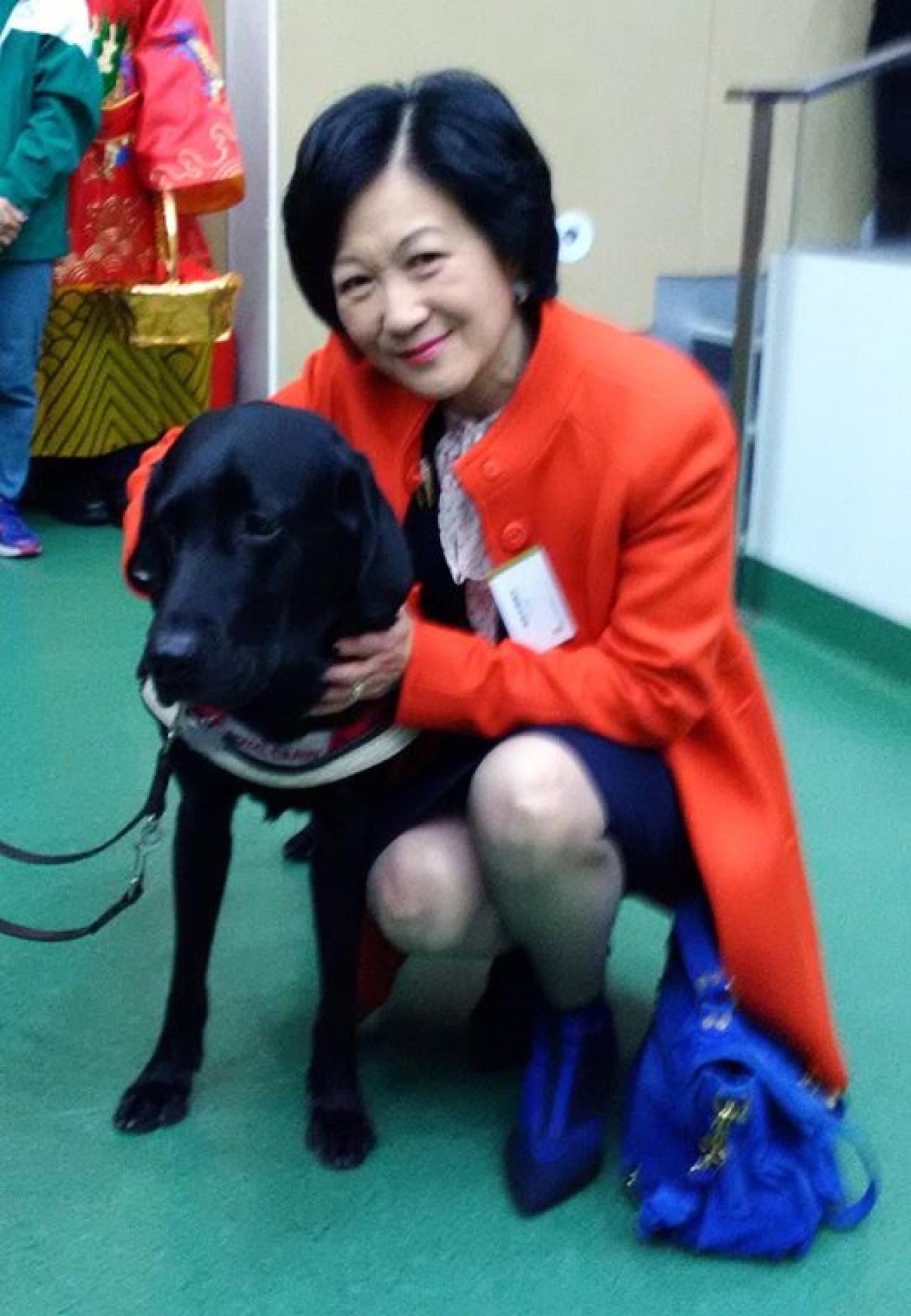 另一候選人葉劉淑儀亦在Facebook發表與導盲犬合照,但網民質疑她支持皮草的立場。(葉劉淑儀Facebook)