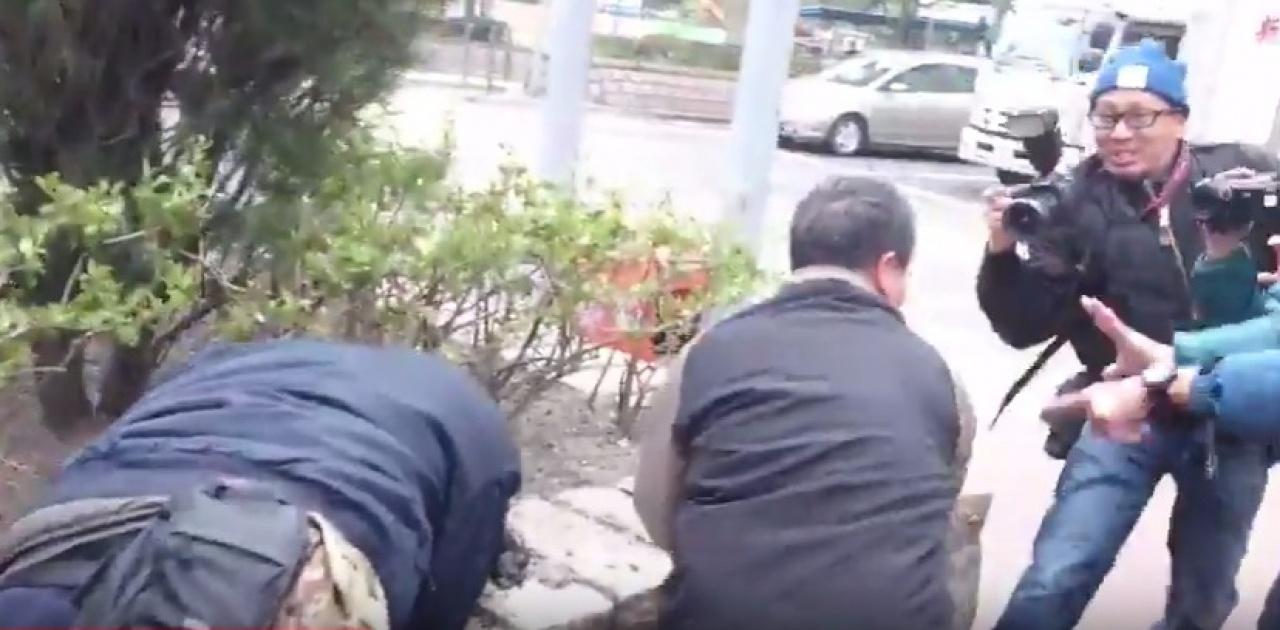 男記者(左)被打至倒下,鍾連輝(中)繼續狂奔。(伍凱瑩攝)