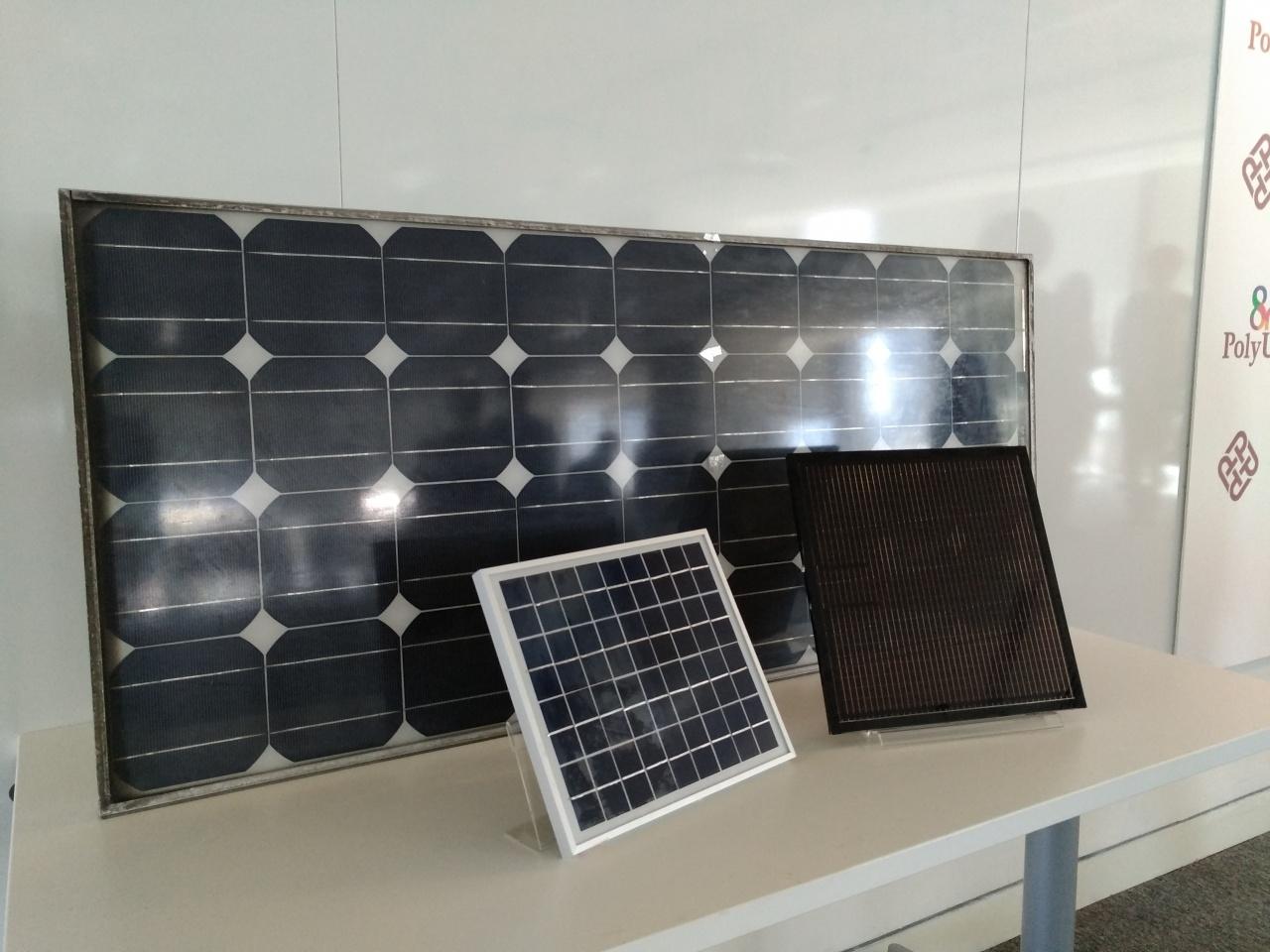 單晶硅發電板(前二)將太陽光線轉換為電能的效率較非晶硅(後)高約10%。(曾向銓攝)