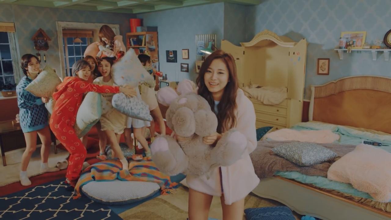 如果單睇《Knock Knock》MV,一班少女枕頭大戰,好居家好可愛!不過成件事邊有咁簡單?(網上截圖)