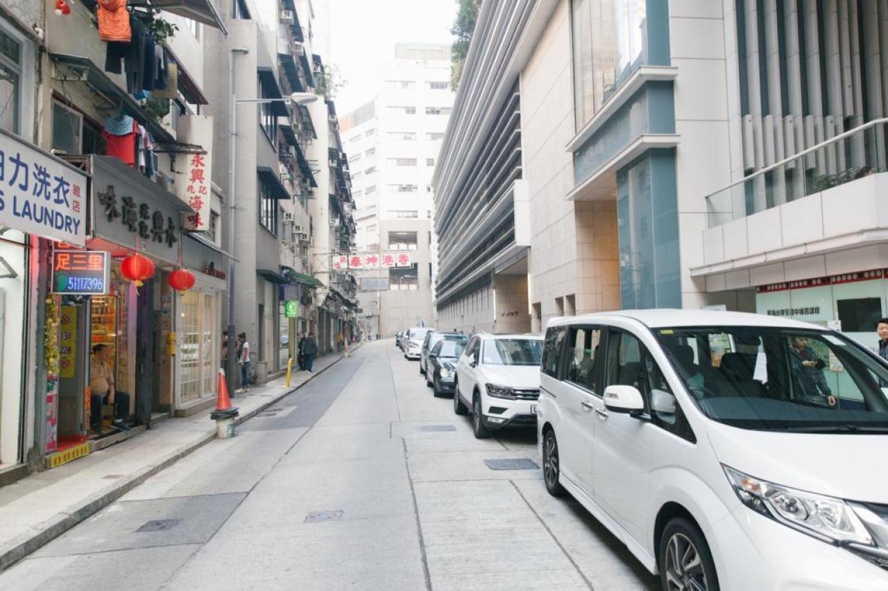 縉城峰前身為9幢建於1960年代或以前的唐樓。一條街的左右兩邊相距甚大。
