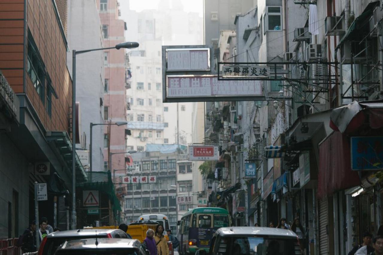 同一條街的舊樓,仍有些老招牌。