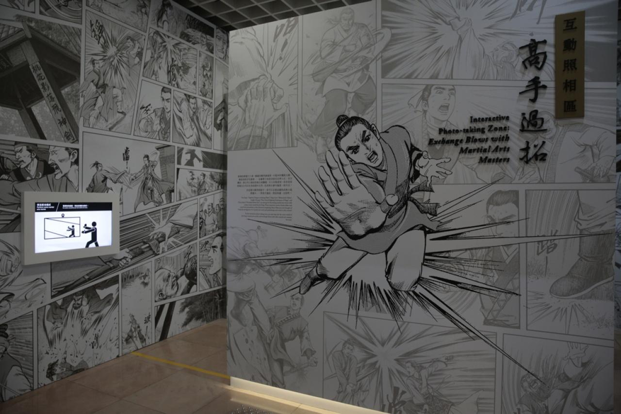 博物館首次引入「高手過招互動照相區」,讓市民一嘗成為武林好手的滋味,體驗「俠之大者」的風範。(林若勤攝)