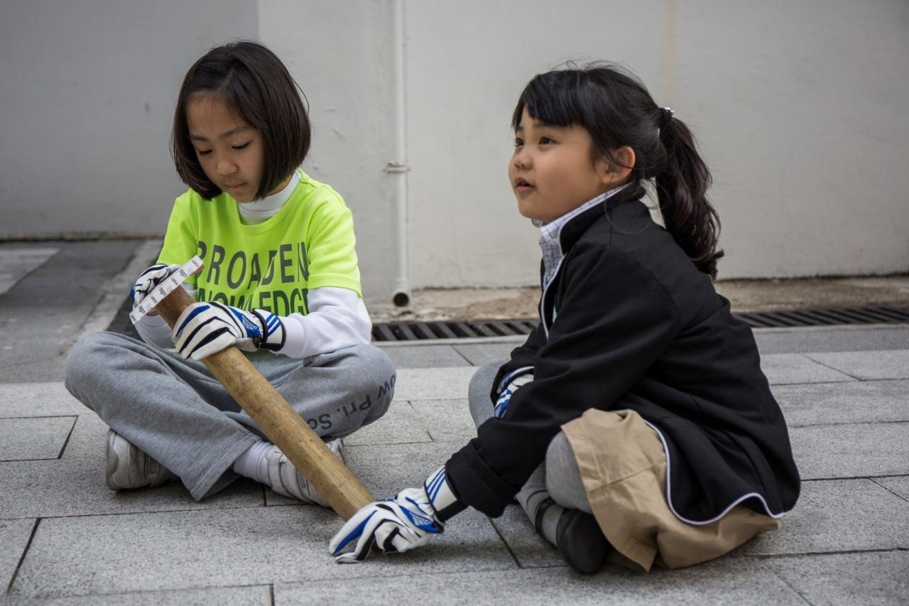 另一邊,同學在把竹子磨滑,以確保日後的樹屋坐得舒舒服服。(張浩維攝)