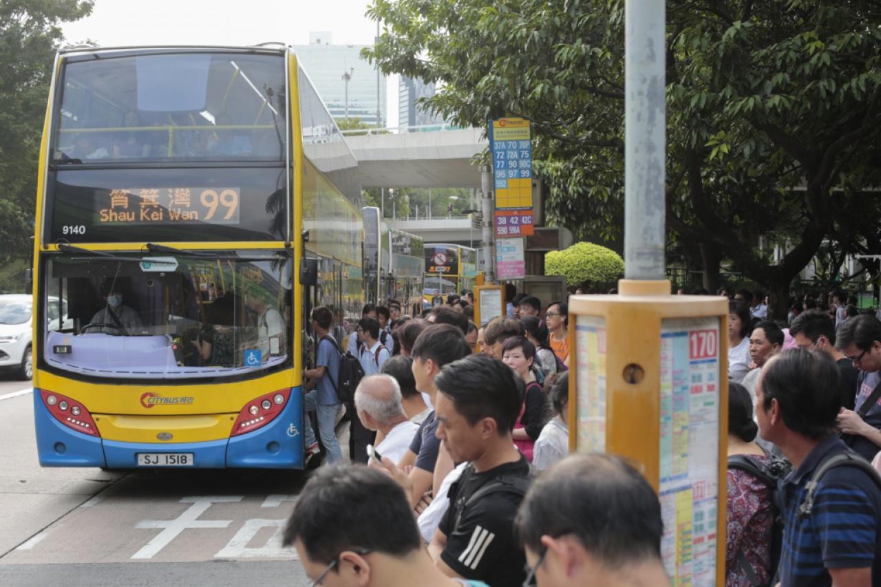 南港島線未通車前,巴士是區內居民的主要交通工具之一。(資料圖片/吳鍾坤攝)