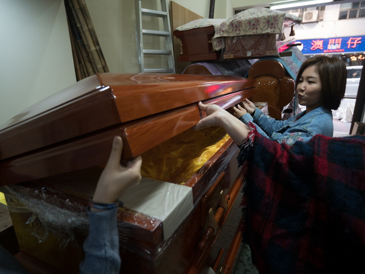 店裡的棺材因應不同的設計款式各有命名,如欖箱、日箱、蝴蝶、蓮花、八底、拱蓋和包角。因為拍攝,陳導演現時對棺木亦甚有認識,廖先生又笑說 欖箱體型龐大,就如大飛般把遺體走私運走。
