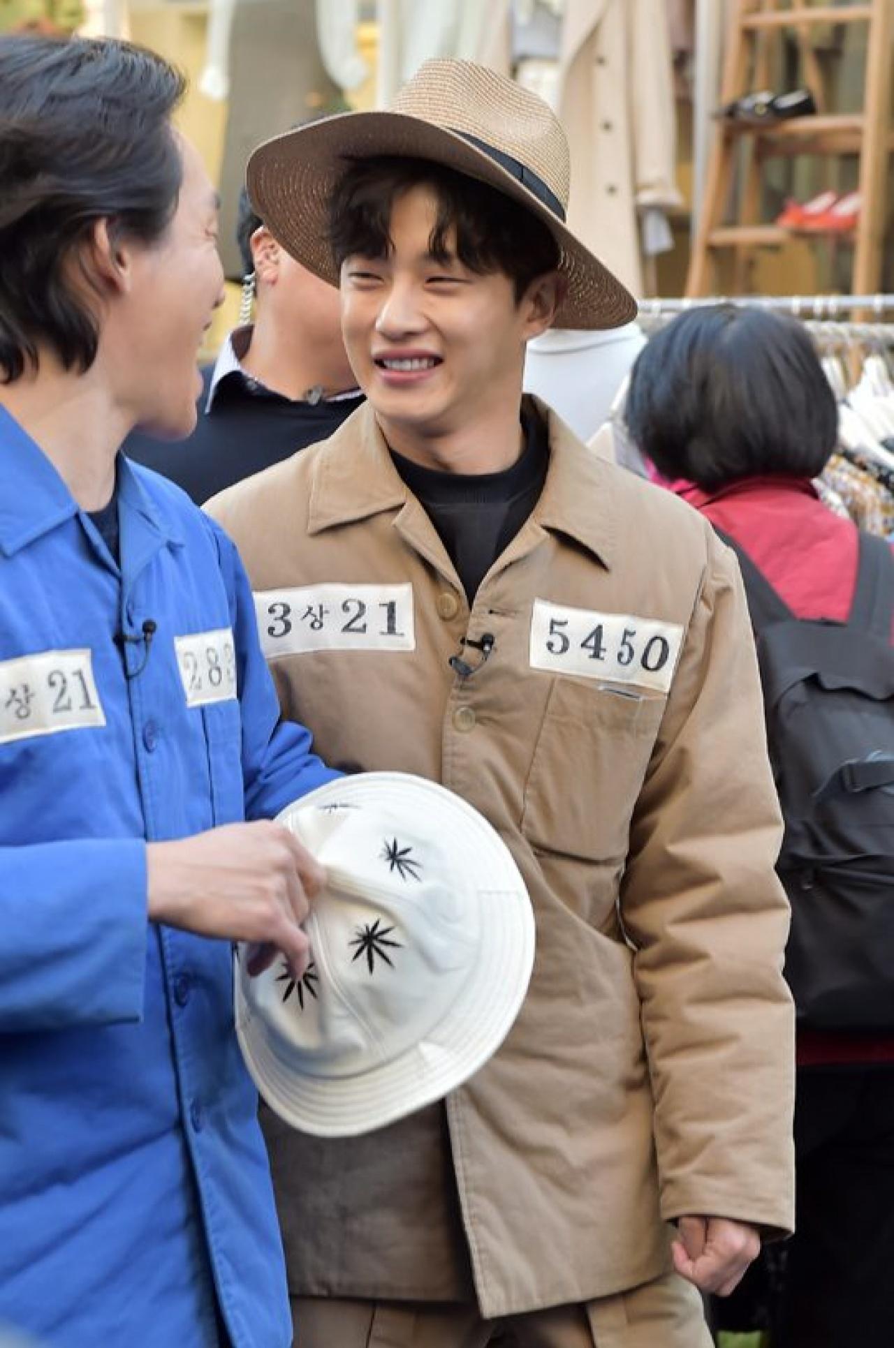 金玟錫還在21日履行收視率公約,穿上一身囚服去到首爾弘大。(網上圖片)