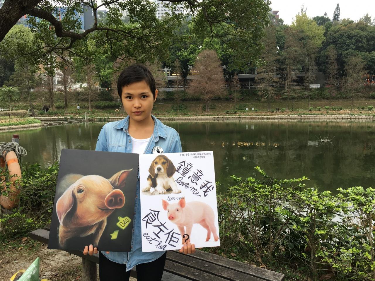 一芯特意把小豬和小狗一同畫在畫板上,讓人思考肉食背後的問題。(吳韻菁攝)