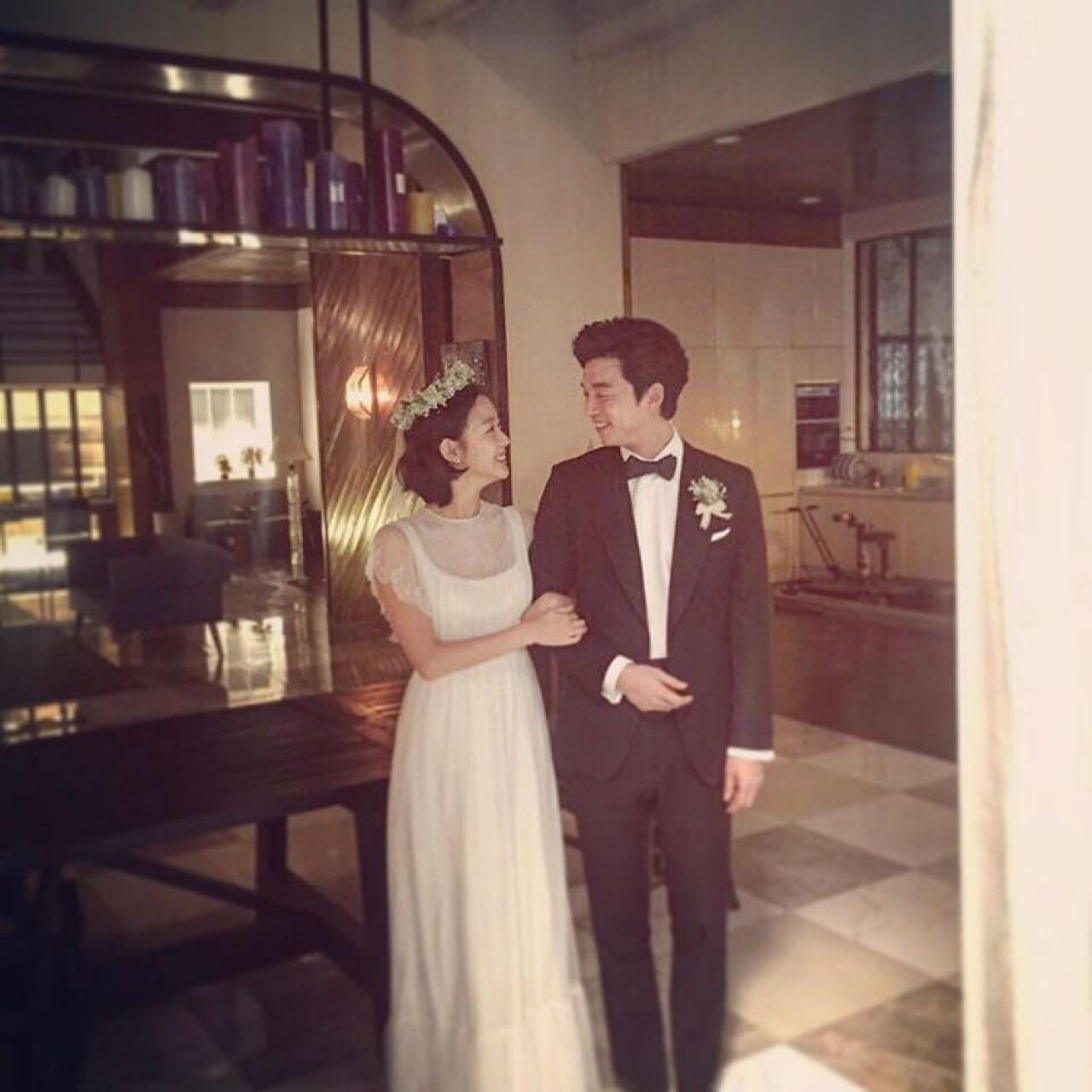金高恩重開IG的第一張照片,竟然是與孔劉的「婚照」,而不是男友申河均。(網上圖片)