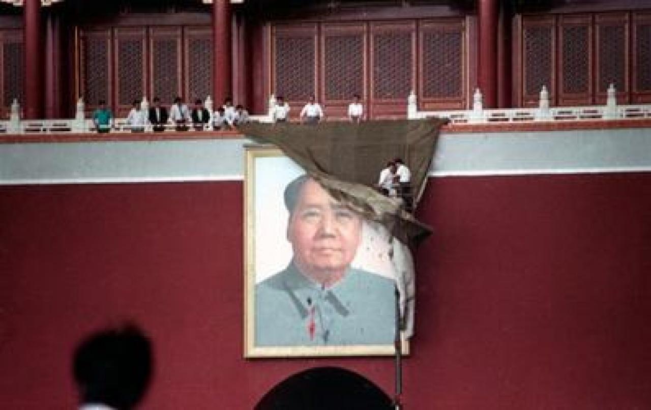 余志堅、喻東嶽和魯德成策劃污損天安門毛澤東像,以示消除個人崇拜。(網上圖片)