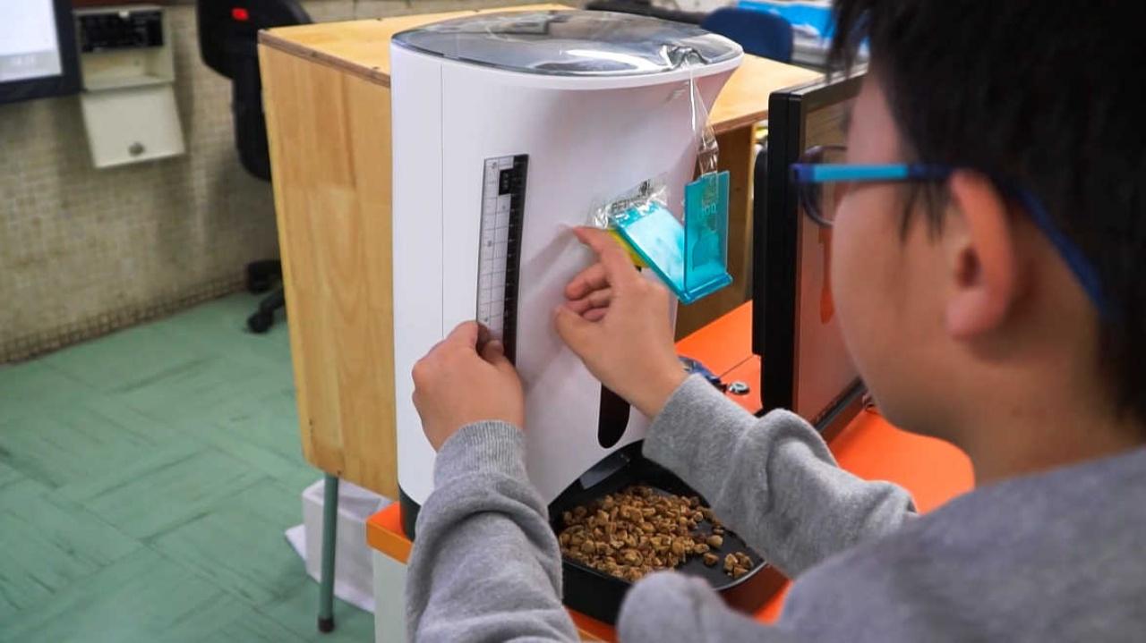 2.0加裝了一個自動餵食器,同學們要設計一個鏡托,鏡頭便可看到貓糧的情況。(黃樂文攝)