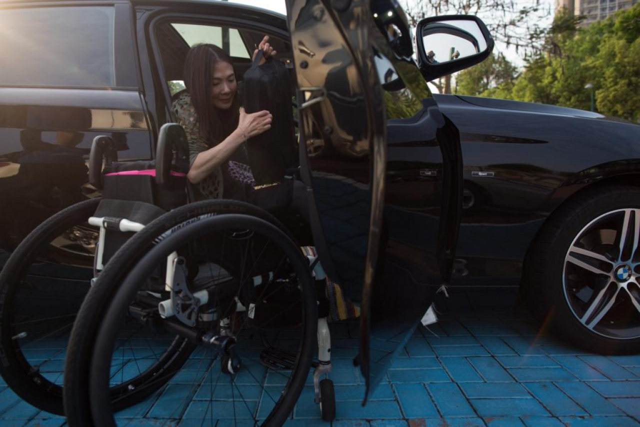 Rabi泊車後,要一手一腳裝併輪椅。