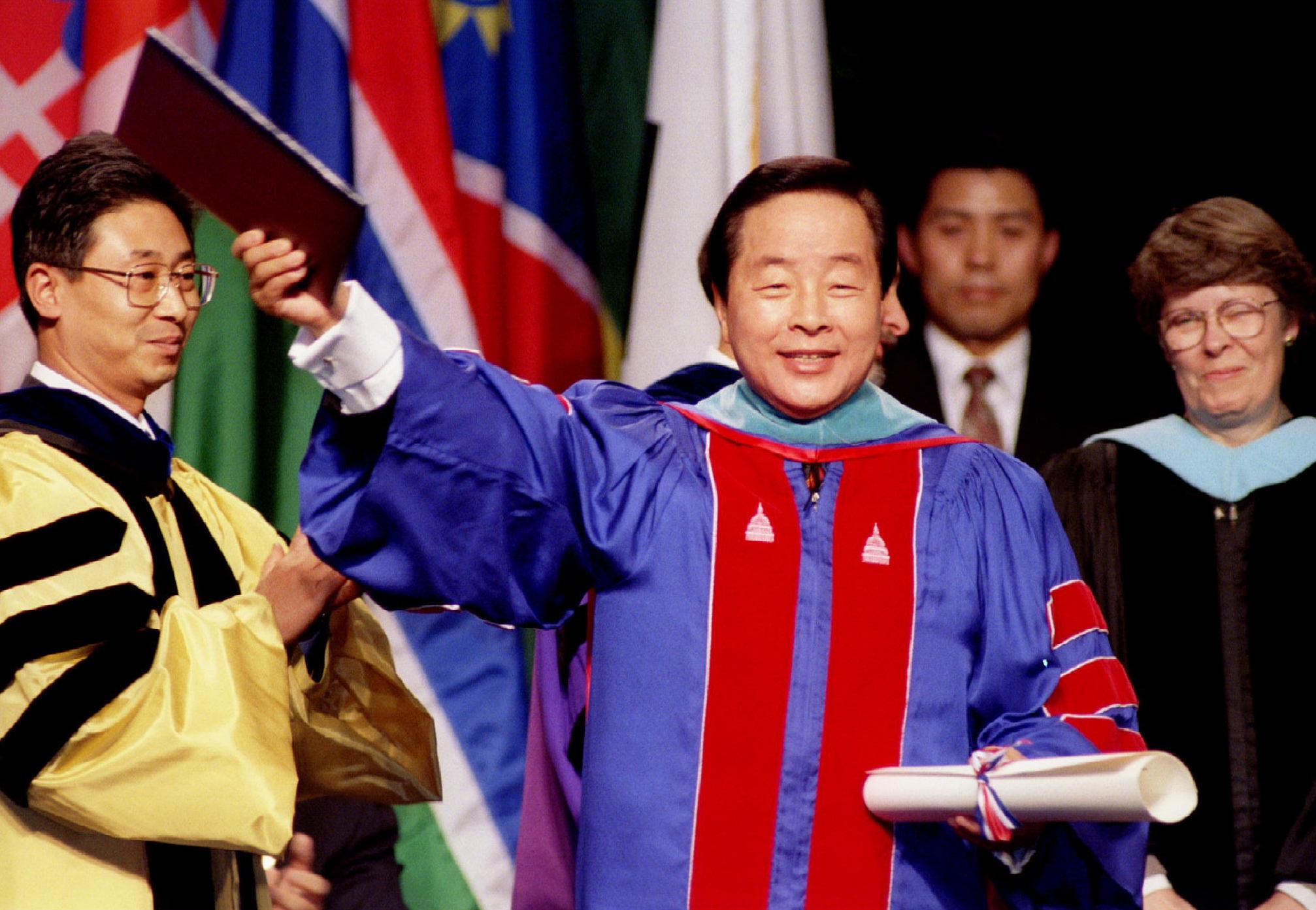 金泳三獲美國大學頒發榮譽學位時向民眾招手。(路透社資料圖片)