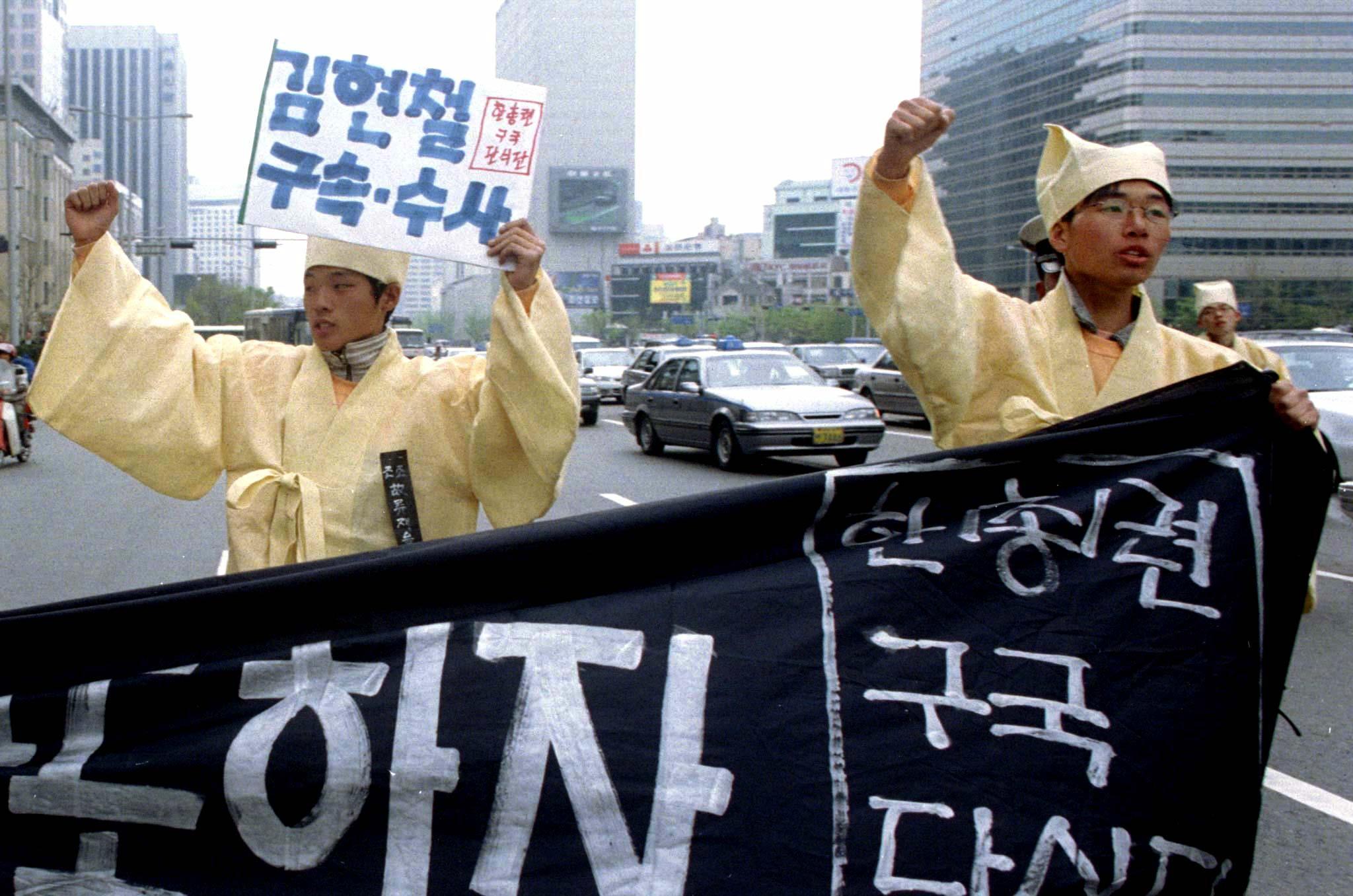 兒子金賢哲貪污事件曝光後,韓國學生示威,要求金泳三下台並逮捕金賢哲。(路透社資料圖片)