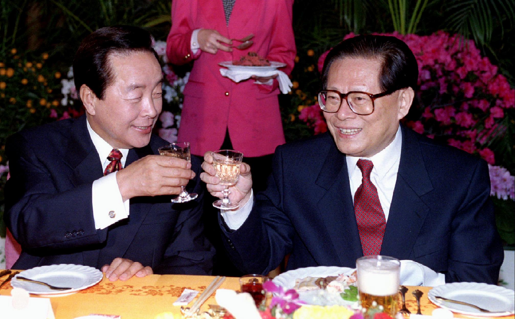 金泳三曾訪華,與時任中國領導人江澤民碰杯。(路透社資料圖片)