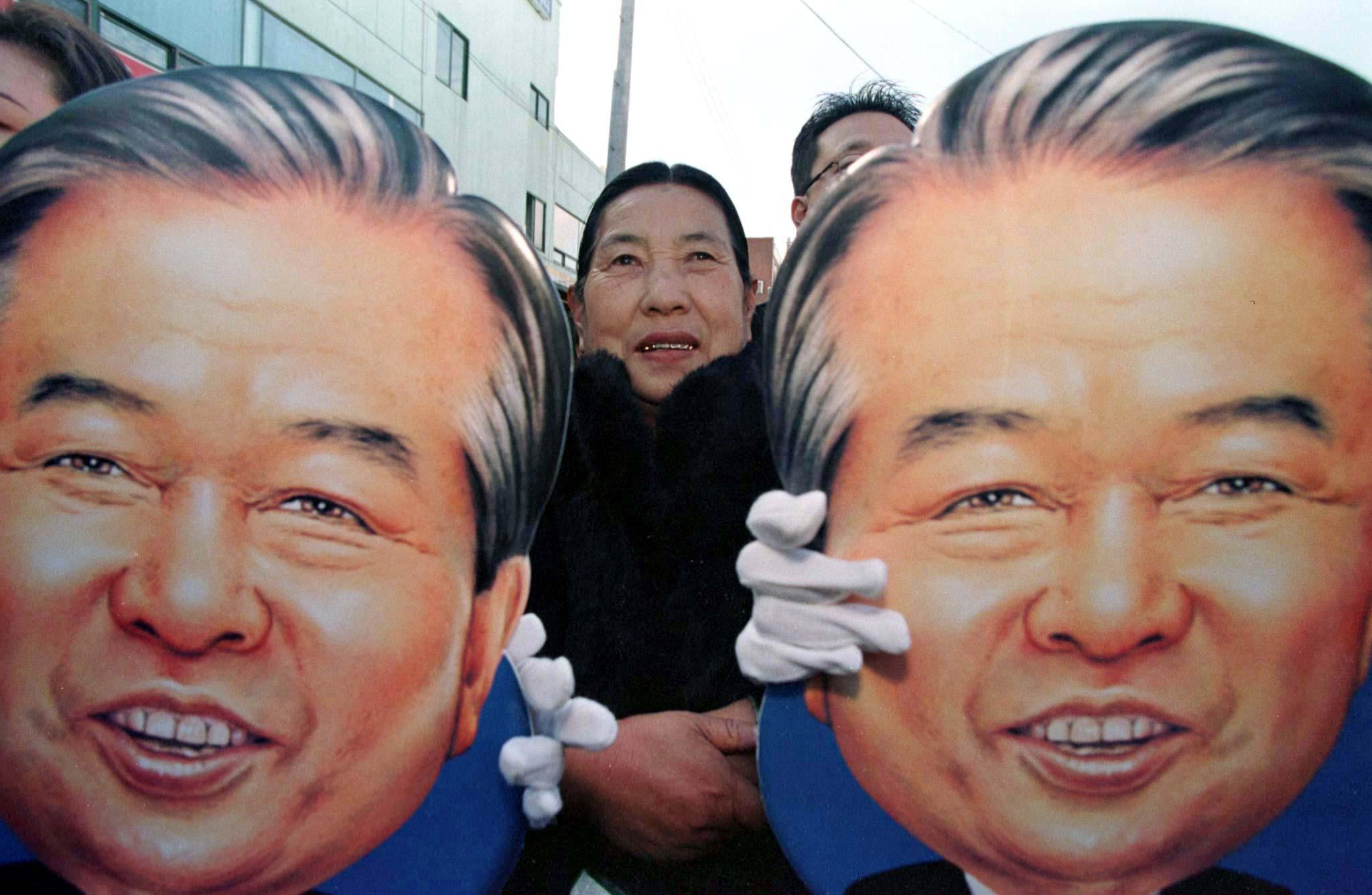 金大中支持者手持其肖像。(路透社資料圖片)