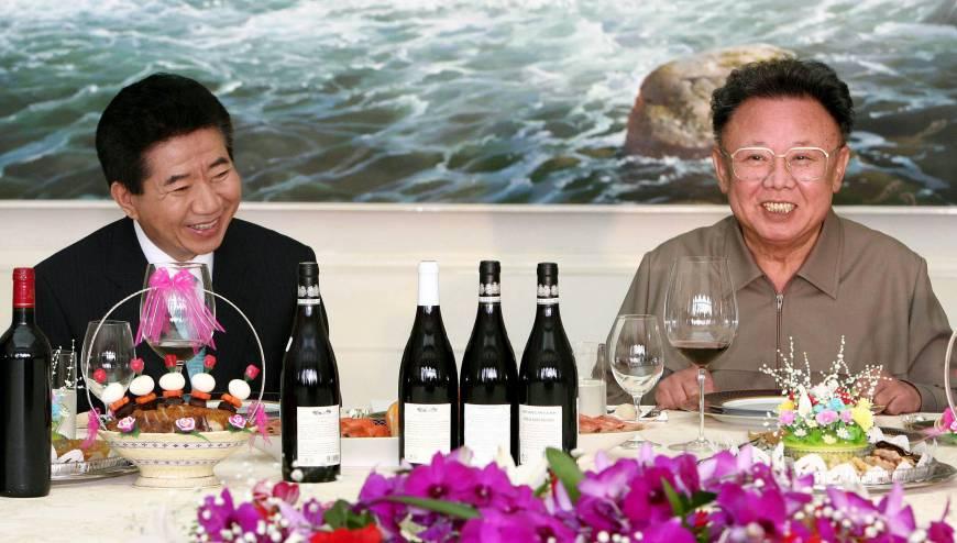 2007年盧武鉉跨過三八線會晤時任朝鮮最高領導人金正日。(法新社)
