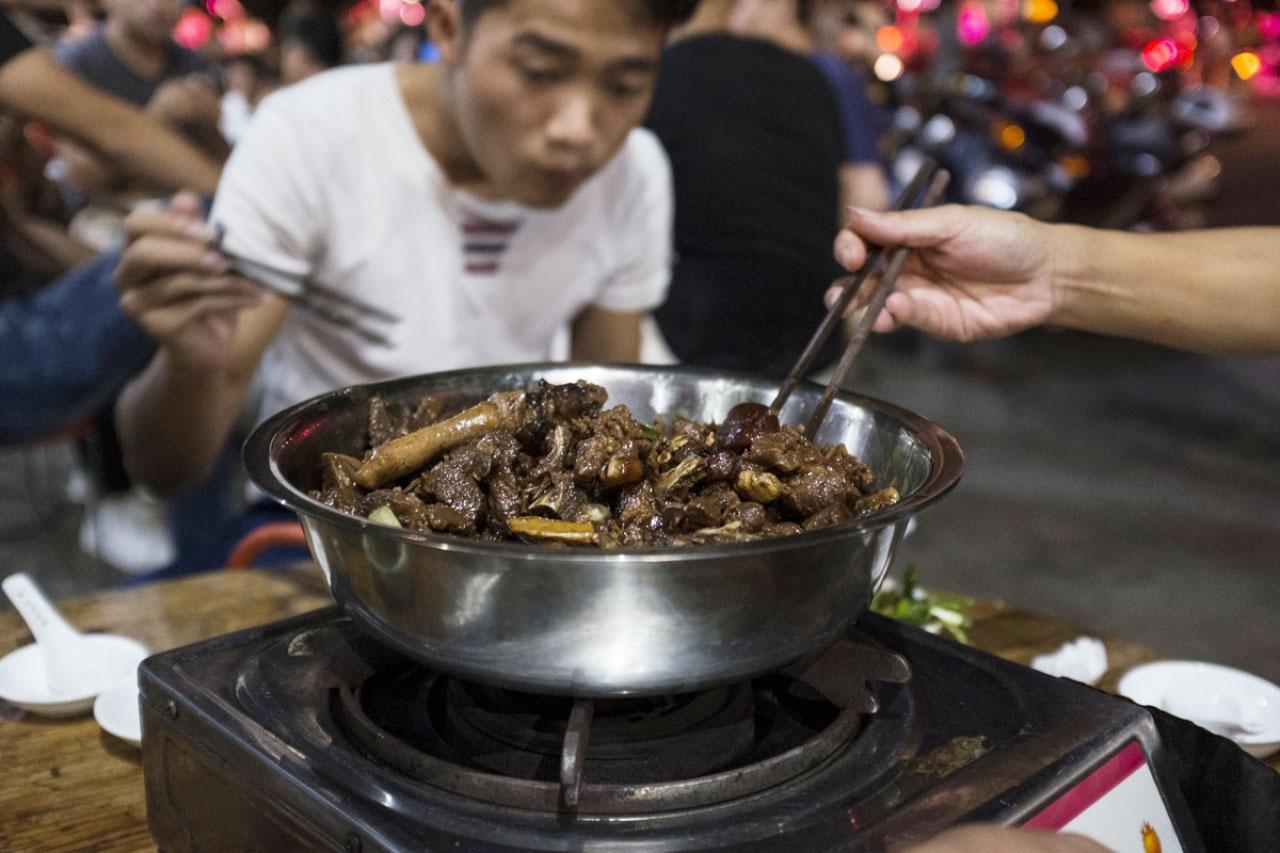 玉林狗肉節是廣西玉林市的民間活動,當地民眾每年夏至(6月21或22日)也會按習俗進食狗肉及荔枝。(資料圖片 / 梁鵬威攝)