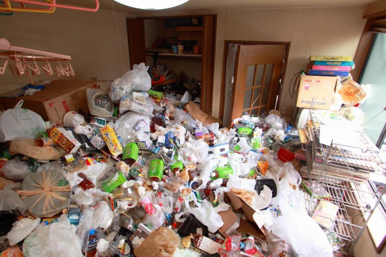 「垃圾屋」不但有衛生問題,更可能發生火災,成了最不受歡迎的鄰居。(圖/翻攝自香港公營房屋討論區)