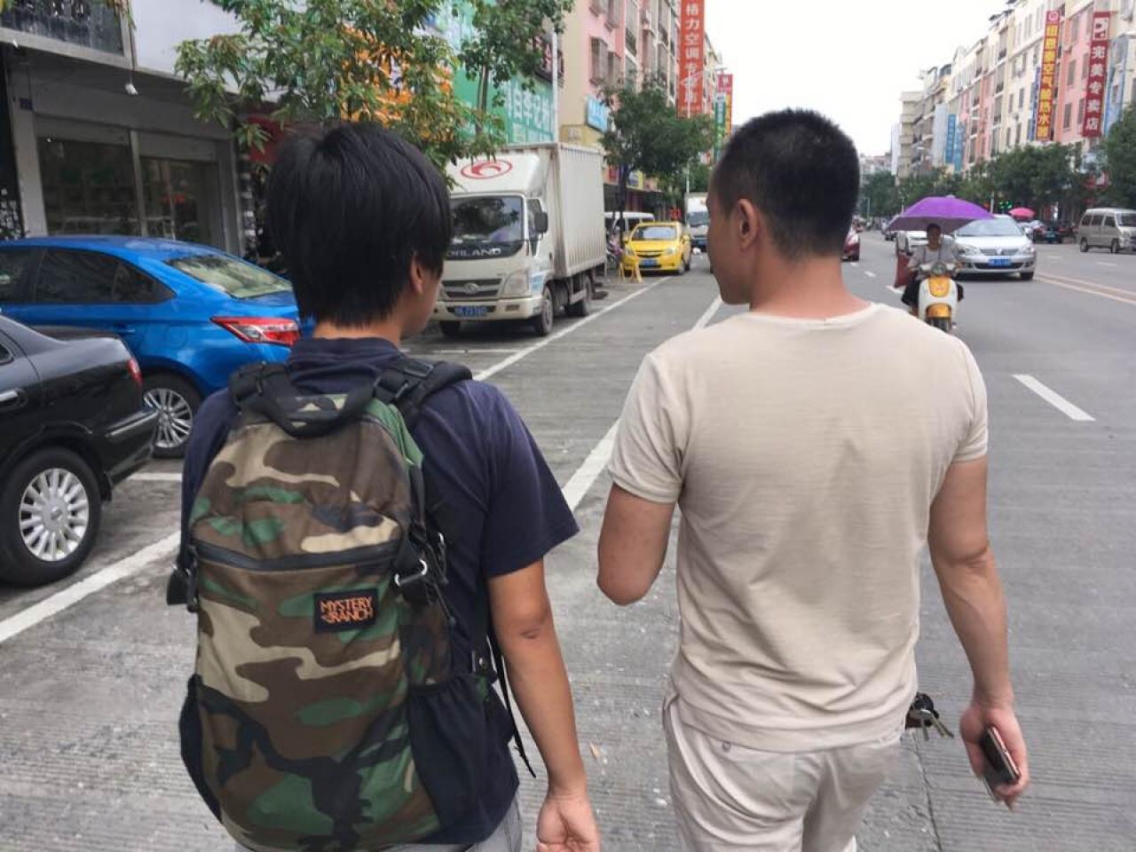 2017年6月20日,記者前往玉林狗肉節,當地便衣人員與記者交談。(李俊杰攝)