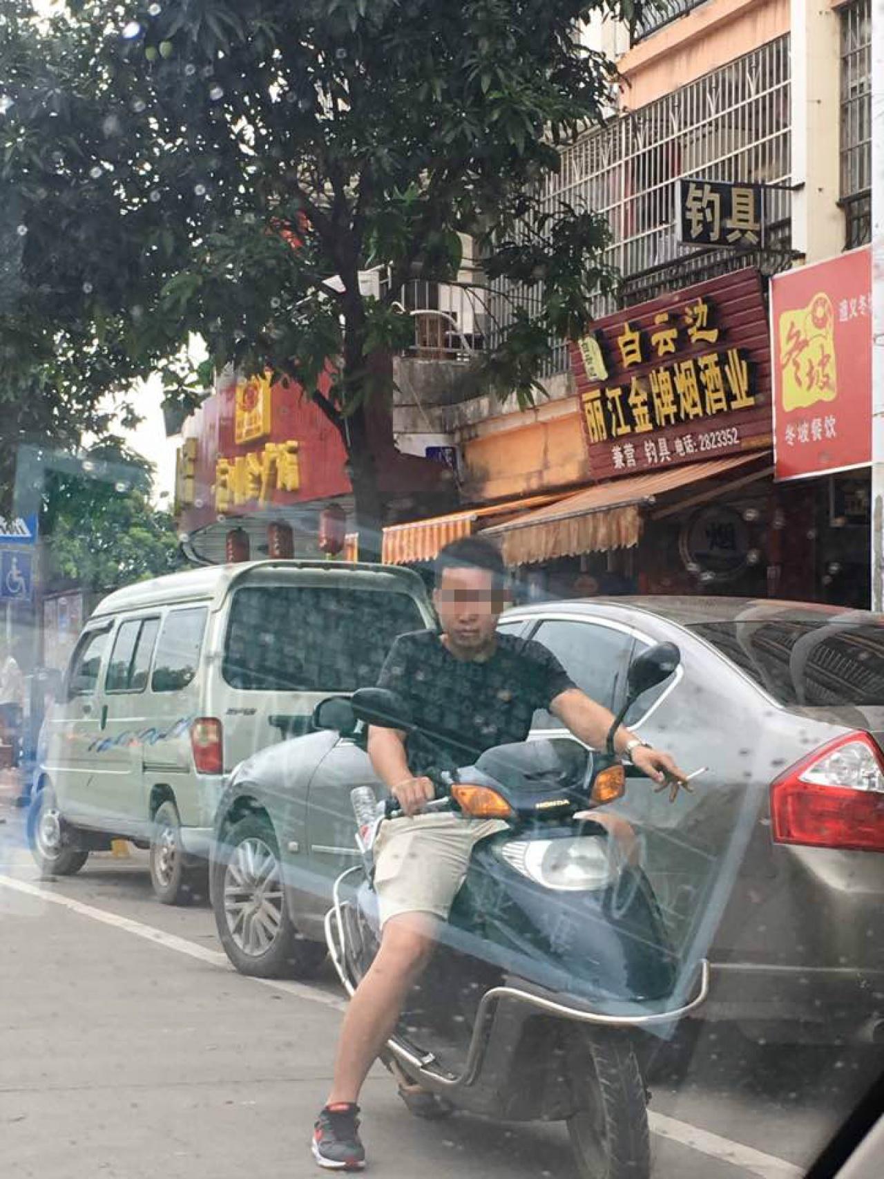 2017年玉林狗肉節前夕,記者在的士內拍攝騎車便衣人員。(李俊杰攝)