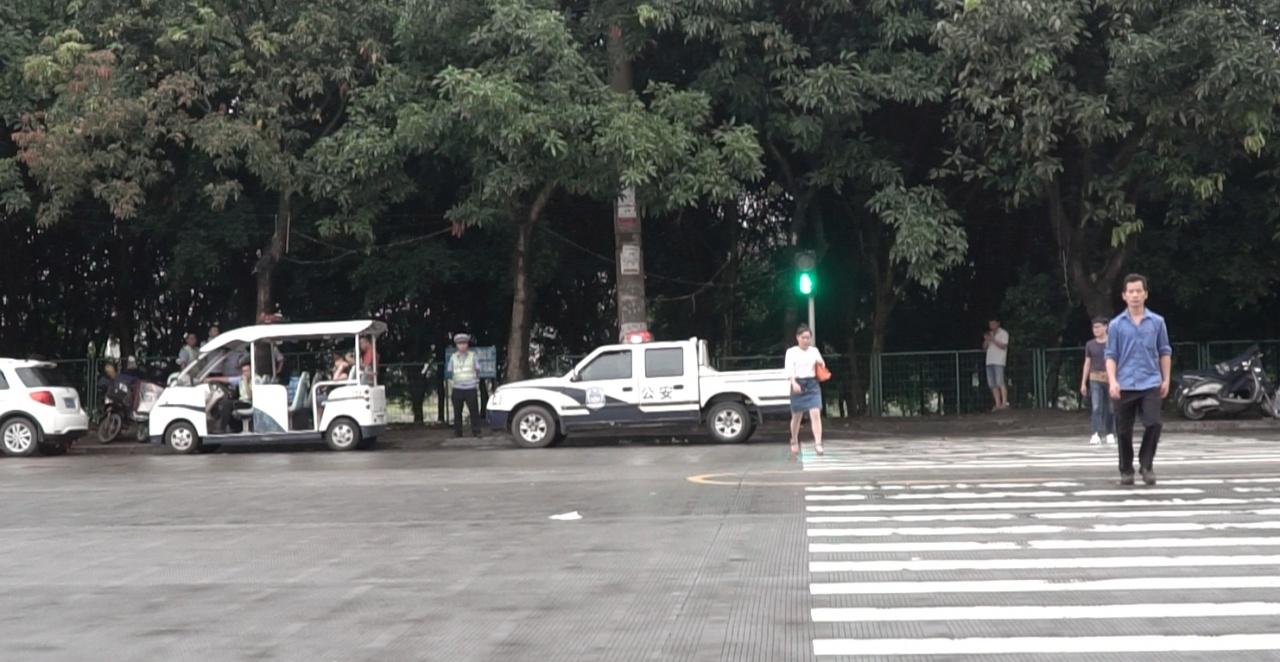 玉林沿路都有警察車輛。