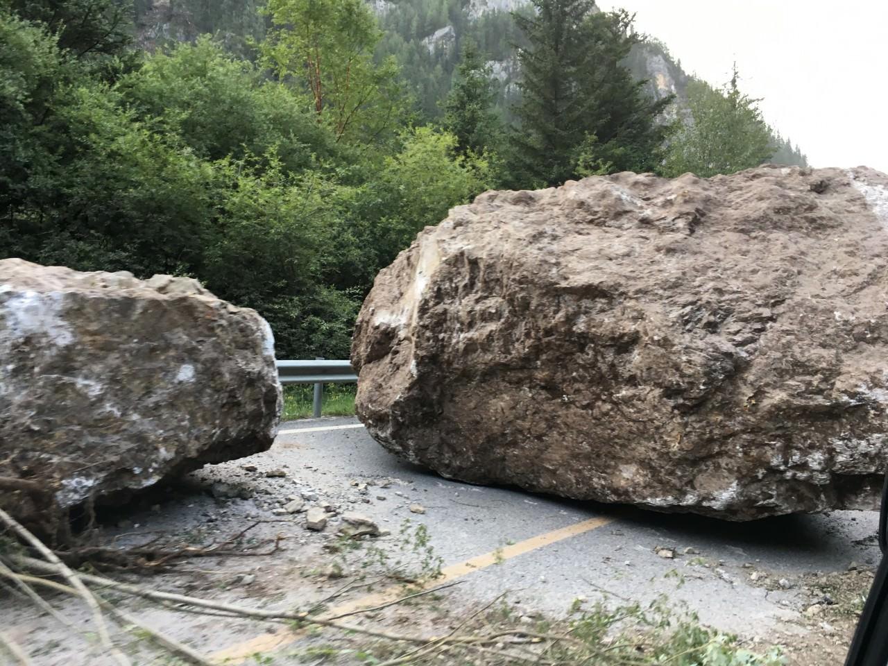 巨石從山上滾下。(朱嘉磊攝)