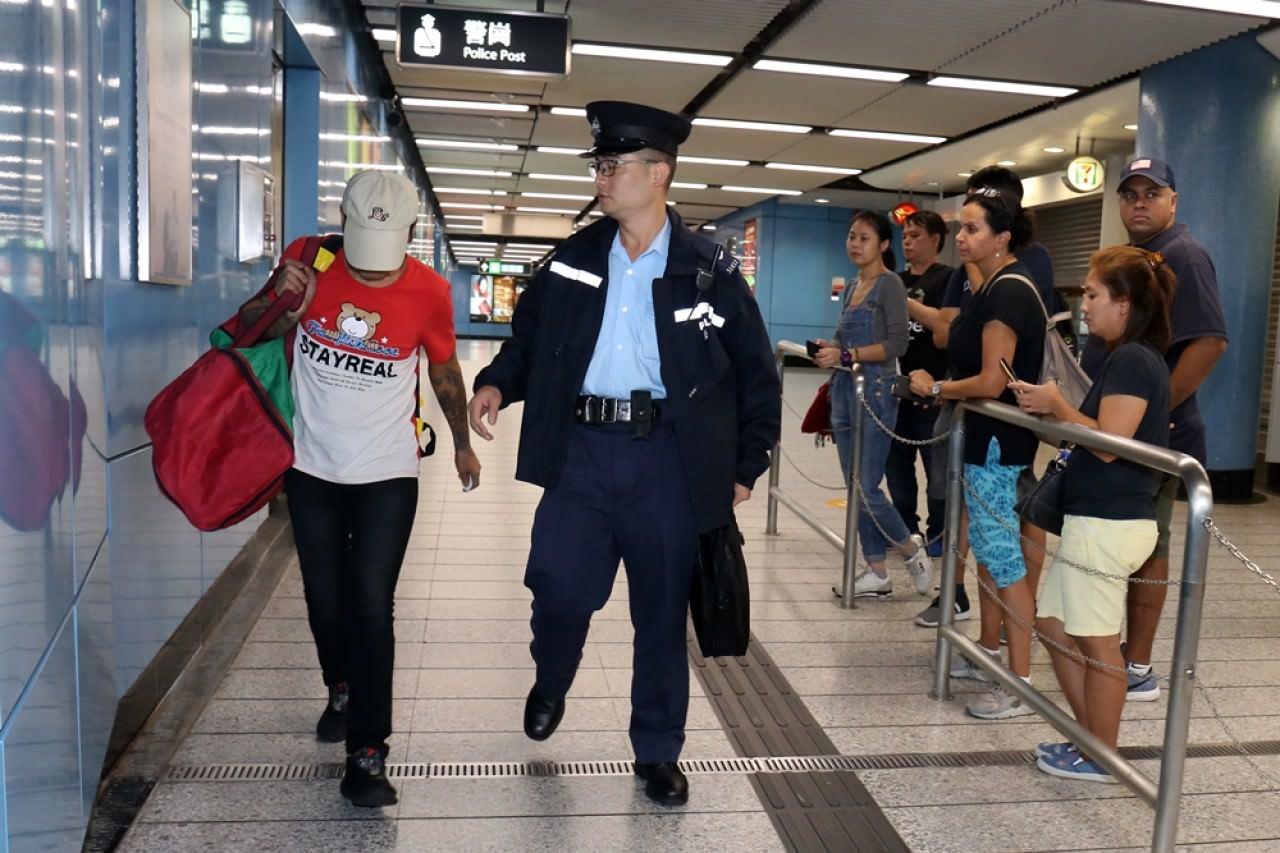 警員將被捕人帶署。(賴南秋攝)